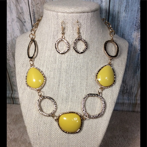 paparazzi Jewelry - Paparazzi necklace in Gold & Yellow